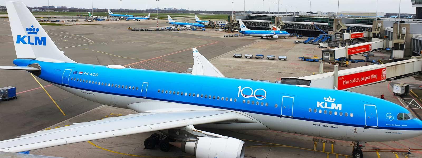 Vliegtuig van KLM aan de pier op Schiphol, ook KLM heeft goedkope vliegtickets tijdens de KLM Werelddeal weken