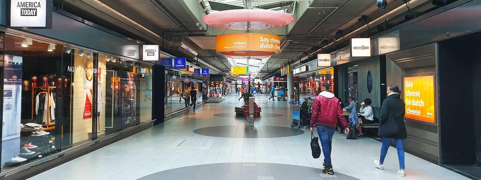Winkelen op Schiphol Plaza nadat je een goedkoop vliegticket hebt geboekt.