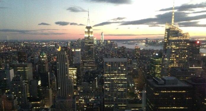 Uitzicht op New York bij schemering