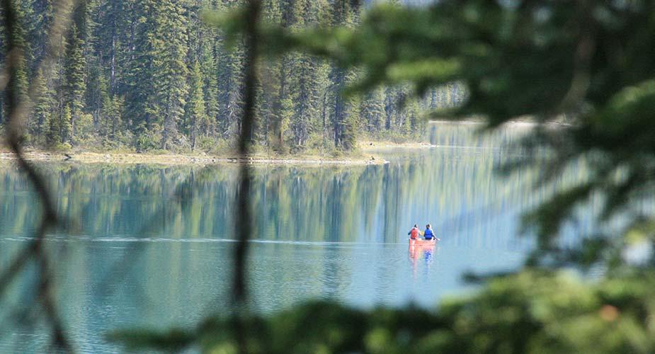 Met een kano varen op het meer