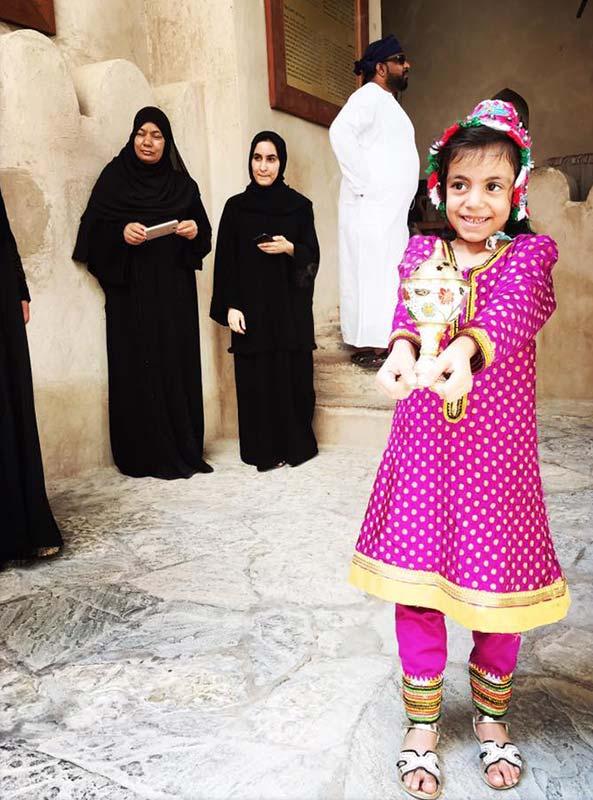 Meisje en vrouwen in Oman