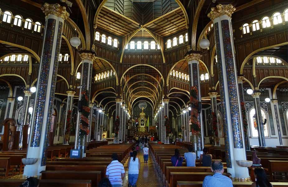 Binnen in de kathedraal van de stad cartago in Costa Rica