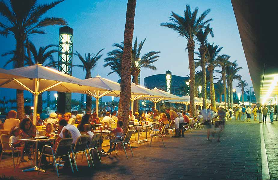 Lekker in de avond genieten op een terras in de haven van Barcelona