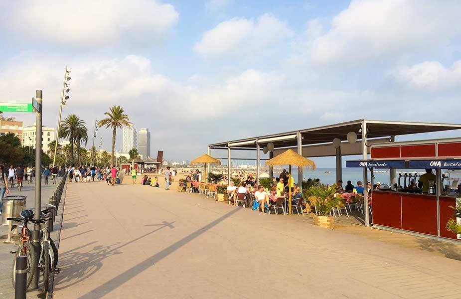 De boulevard en strand van Barcelona