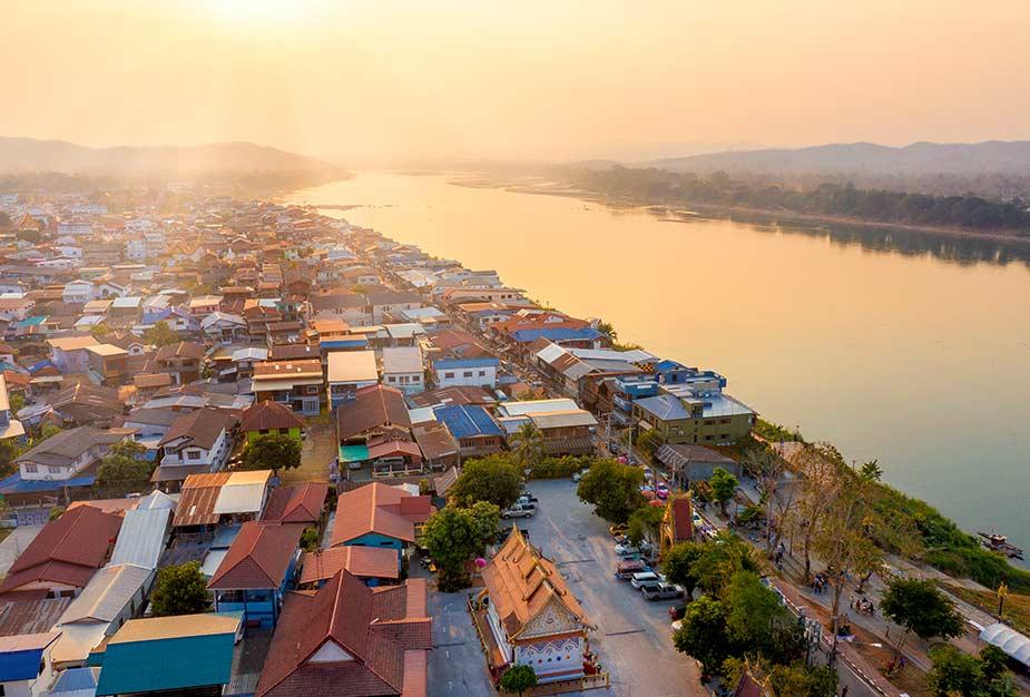 De stad Chiang Khan bij zonsopgang aan de mekong