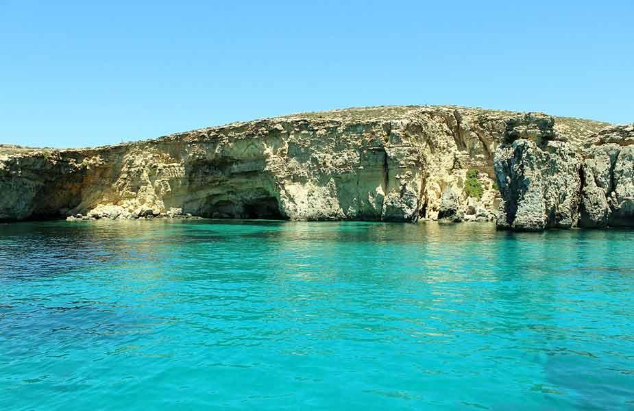 De zee bij het eiland Gozo bij Malta