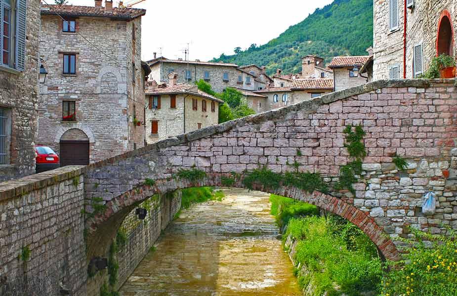 Oude gebouwen in Gubbio in Umbrie