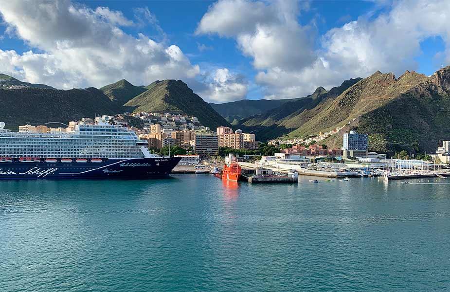 Een cruiseschip in een haven op de Canarische Eilanden