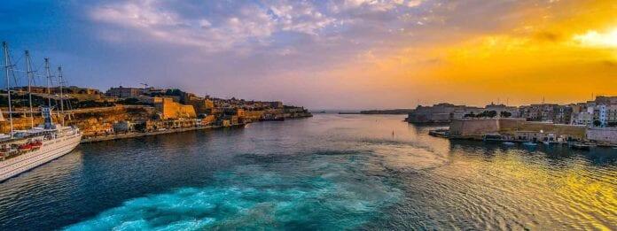 Haven van Valletta op Malta bij zonsondergang