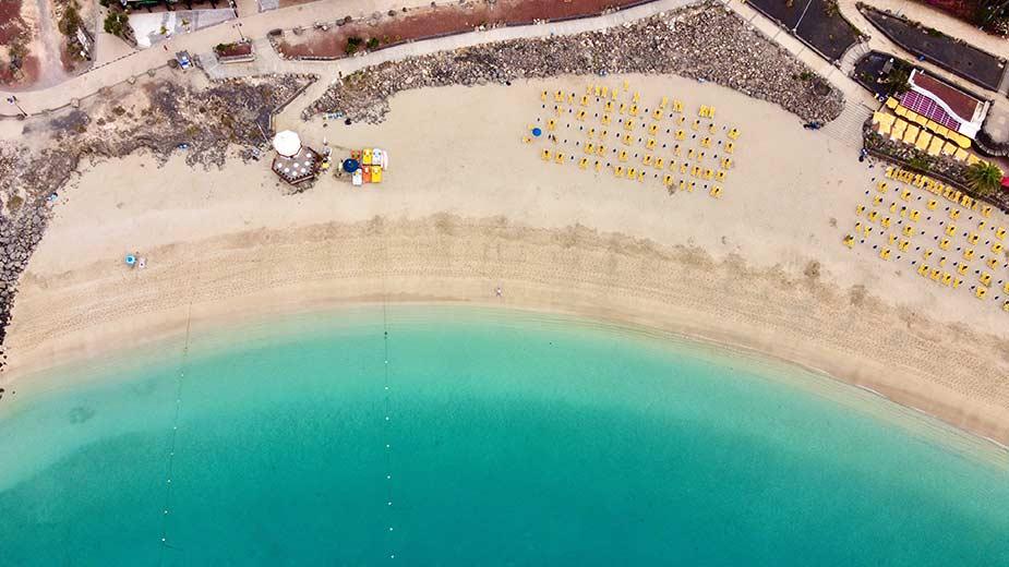 Het mooie zandstrand van Playa Blanca in het zuiden van Lanzarote