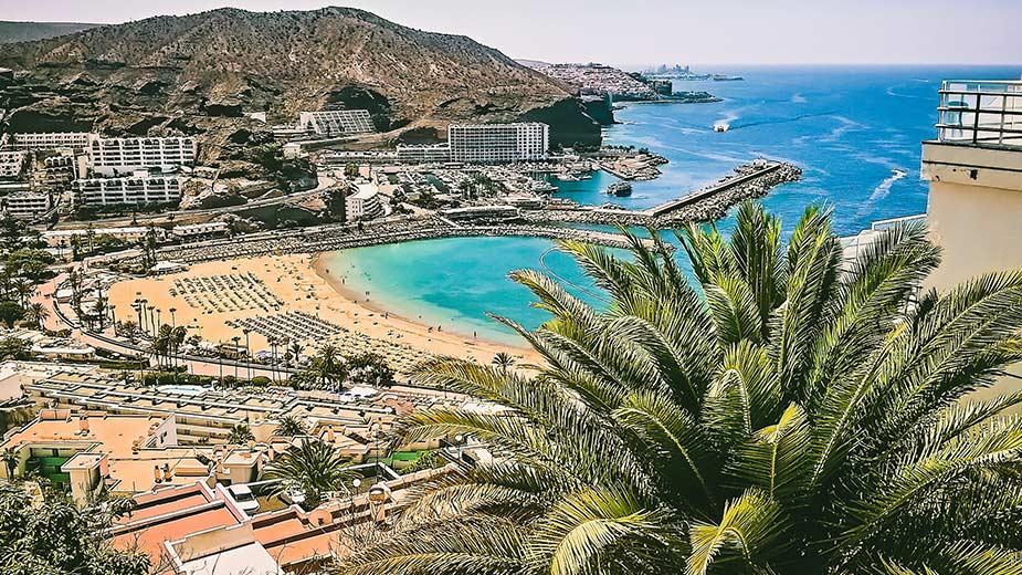 Het strand van Playa de Puerto Rico op Gran Canaria, een van de mooiste stranden van de Canarische eilanden