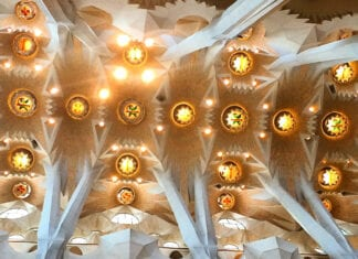 Het plafond binnen van de Sagrada Familia in Barcelona