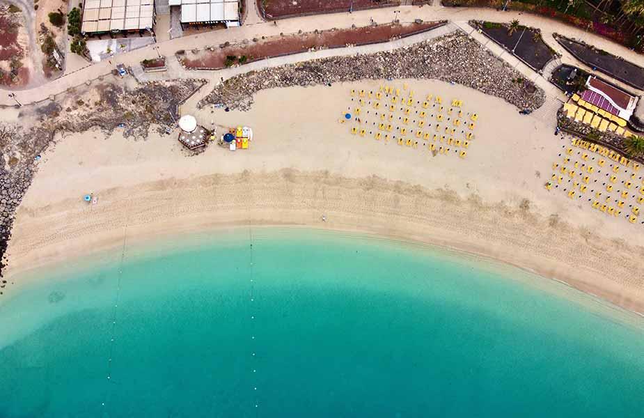 Vakantie naar de Canarische eilanden op dit strand in Lanzarote