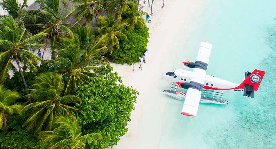 Een watervliegtuig op het strand van een eiland op de Malediven