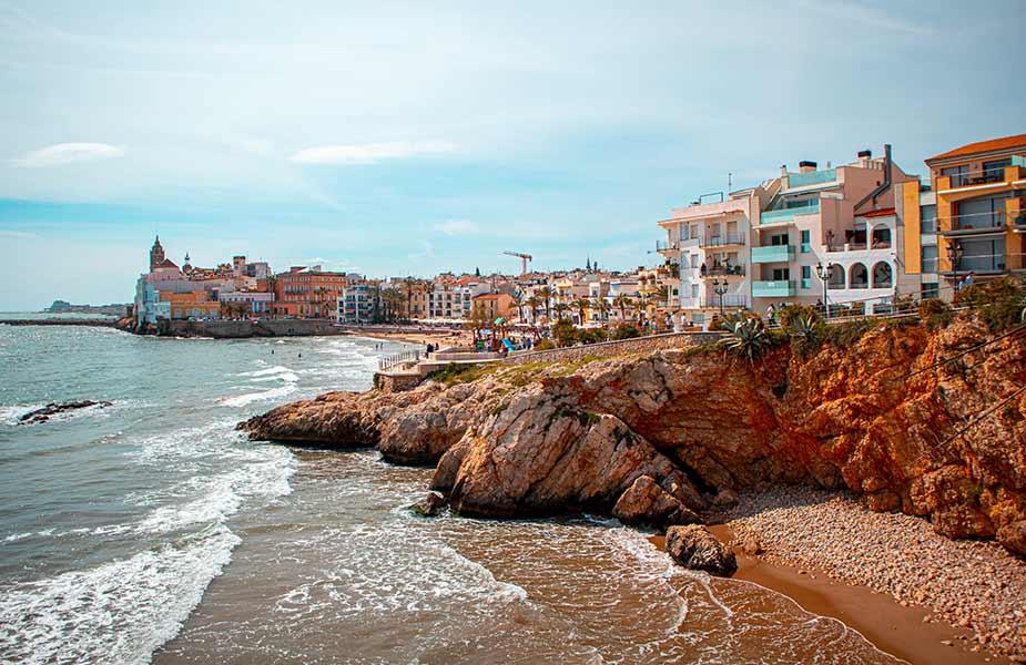 Strand en de kustlijn van Sitges bij Barcelona