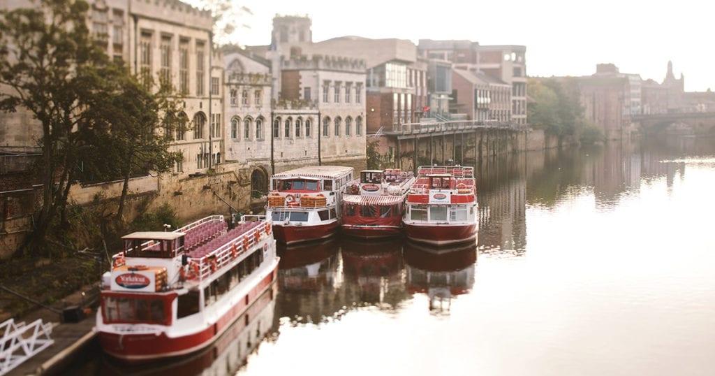 Bootjes in een rivier in Engeland