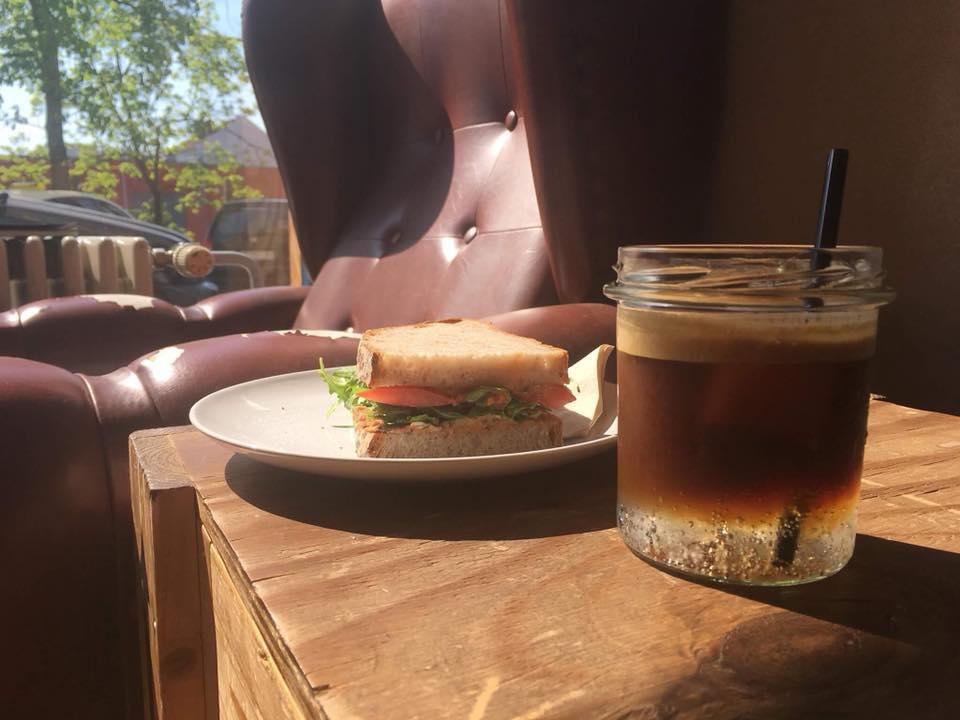 Stoel en koffie bij Leuchtstoff