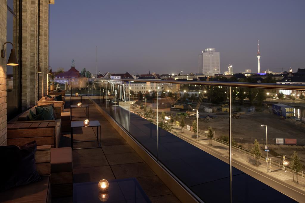 Dakterras bij schemer van Hotel Amaro Grand Central in Berlijn