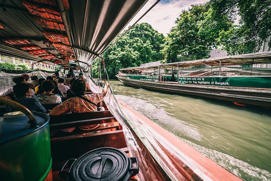 Varen met een Thaise boot op de klongs