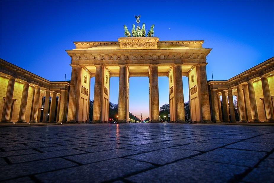De Brandenburger Tor in Berlijn bij schemer