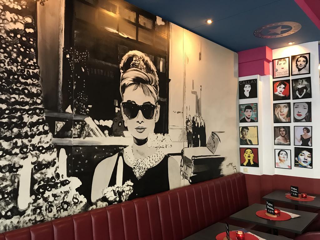 Interieur van de bar in het Hollywood Media hotel in Berlijn