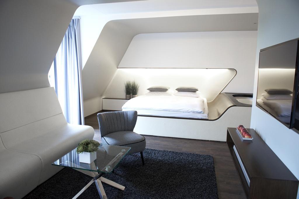 De strak en modern ingerichte slaapkamer van Hotel Q in Berlijn