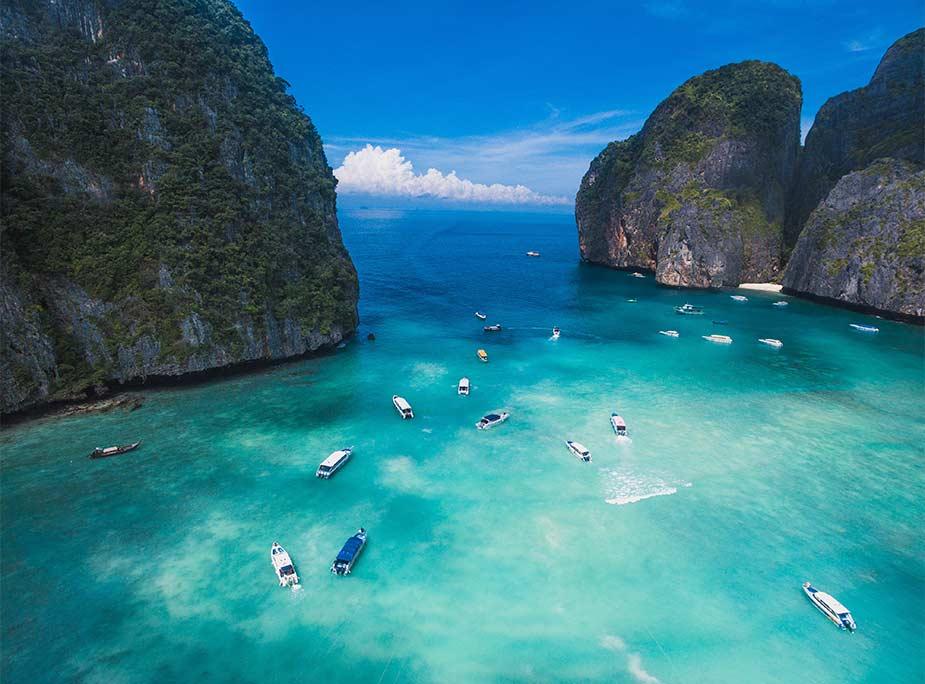 De mooie blauwe baai van Maya Bay bij de Koh Phi Phi eilanden in Thialand