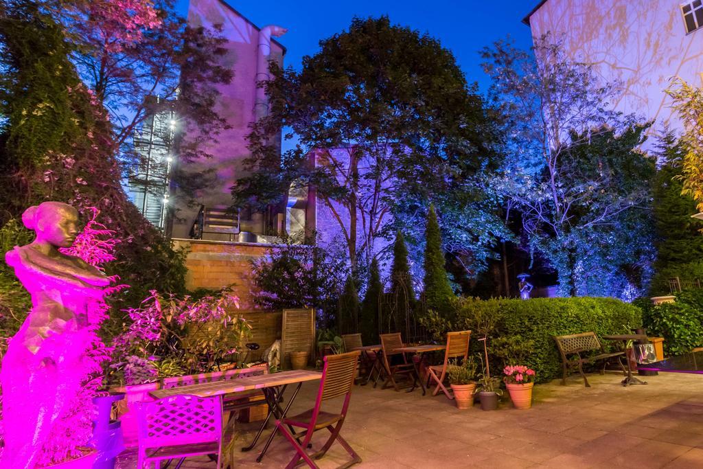 De verlichte tuin van Hotel Myer in Berlijn