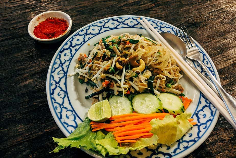 Lekker eten van de traditionele Pad Thai