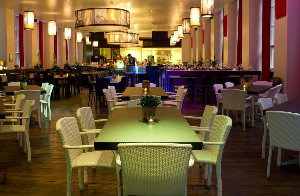 Interieur van het restaurant in Plus Hotel Berlijn