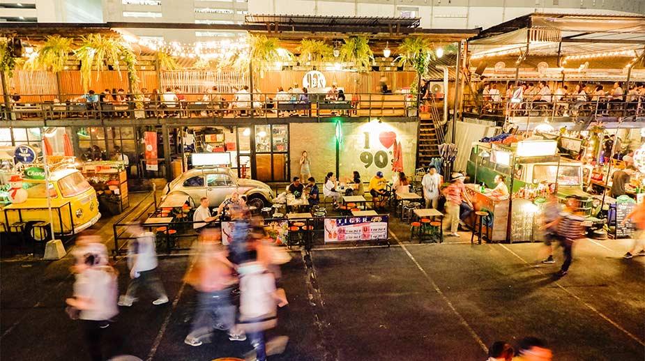 Genieten van eten en drinken bij food kraampjes op een markt in Bangkok