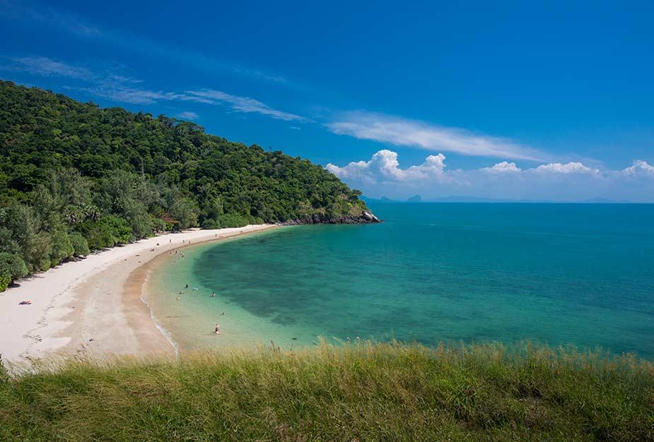 Tropisch strand op het eiland van Koh Lanta