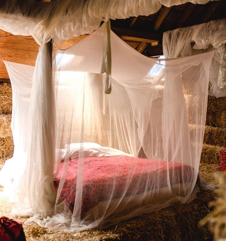 Lekker weg in eigen land en slapen in dit romantische bed in het strohotel