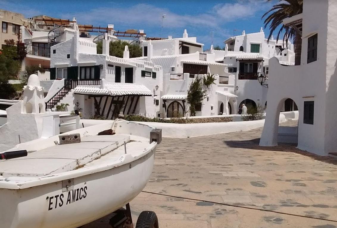 Het witte dorpje Binibeca op Menorca