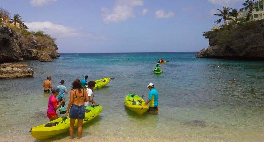 Met de kano zee  in bij Curacao