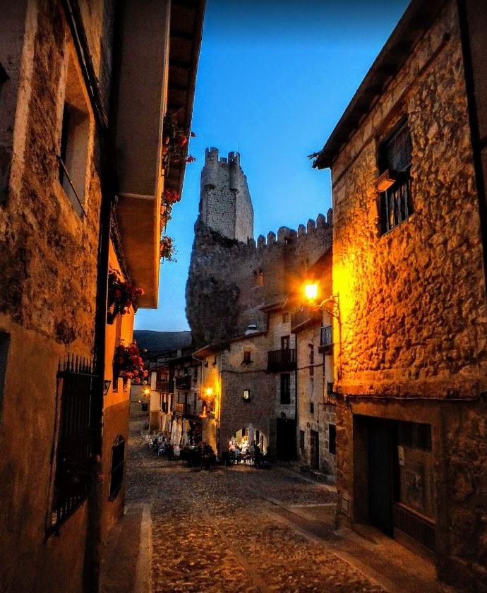 Verlicht straatje in het romantisch Spaanse dorpje Frias