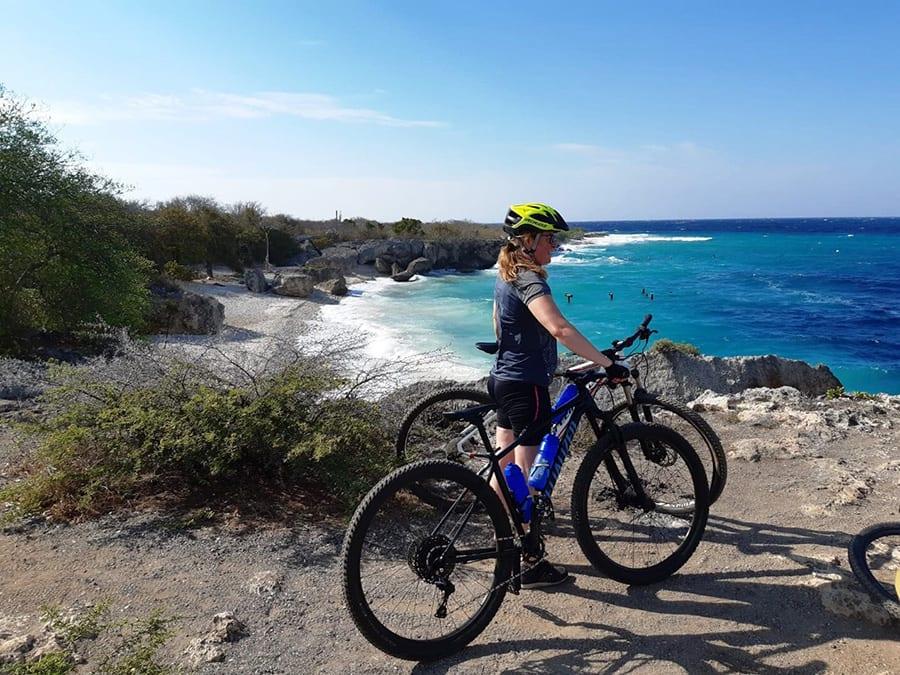 Doen op Curacao: mountainbiken en zoals hier mooie baaien ontdekken