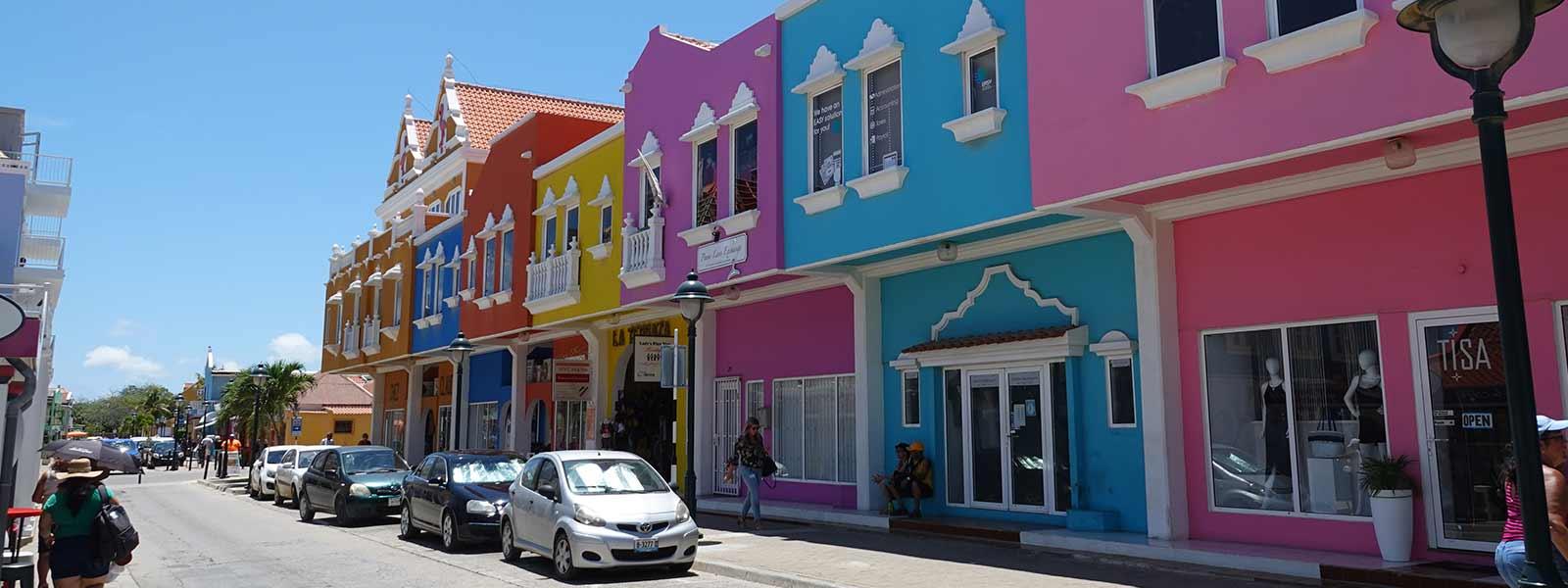 Straat met kleurrijke huizen op Bonaire