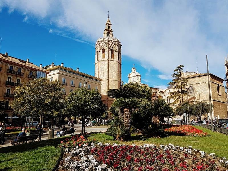 Het plein waaraan de toren El Micalet ligt in Valencia