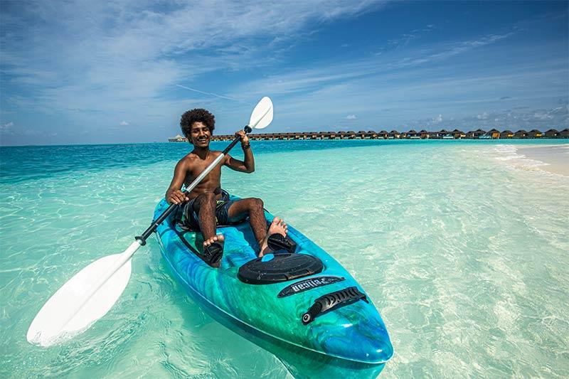 Local aan het kanoën op de Malediven
