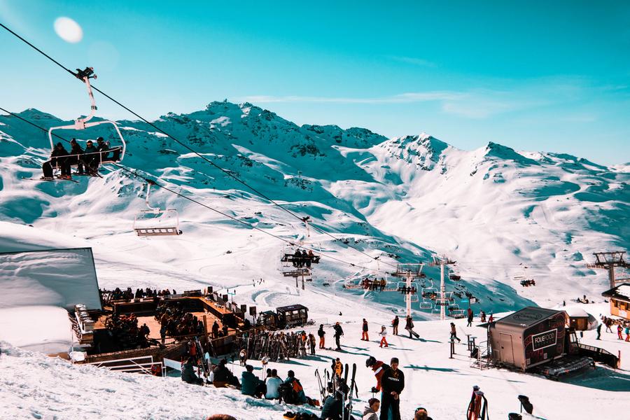 Uitzicht over pistes, een skilift en bergrestaurant