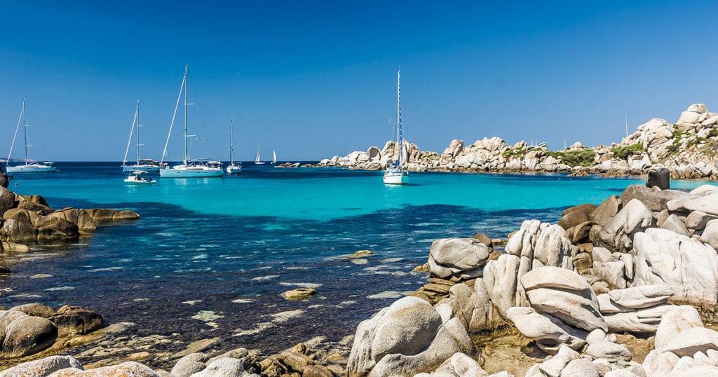 Boten in een baai van Corsica