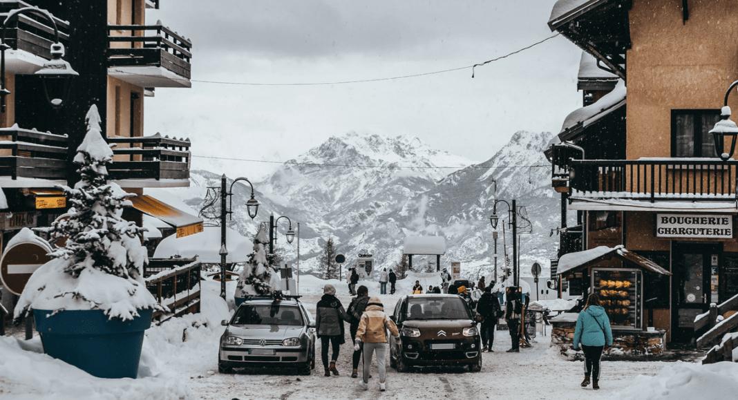 Oostenrijks dorp in de sneeuw