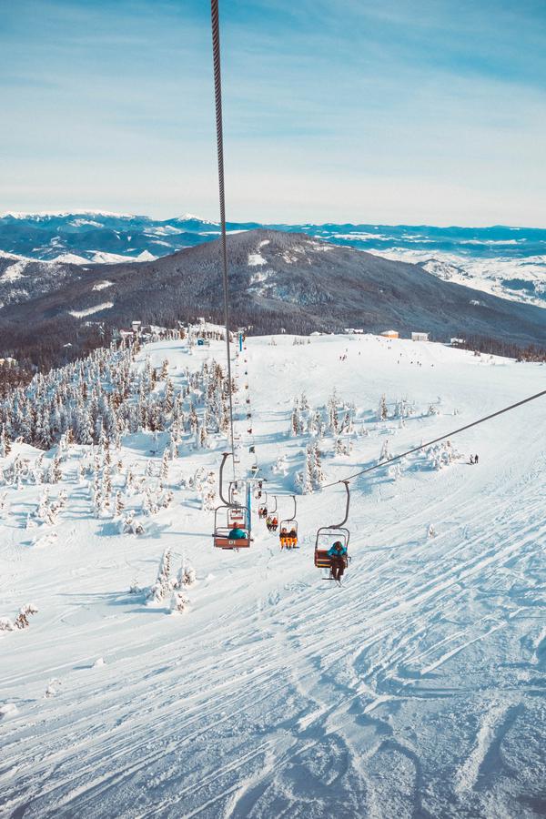 Typisch wintersport plaatje. Pistes en een skilift.