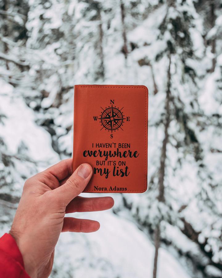 Paspoort met besneeuwde wintersport achtergrond.