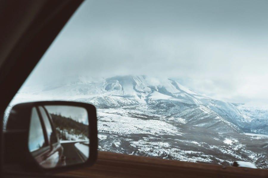 Met de auto op wintersport. uitzicht op besneeuwde bergen.