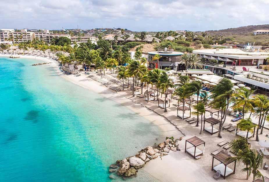 Het strand bij Mambo Beach op Curaçao