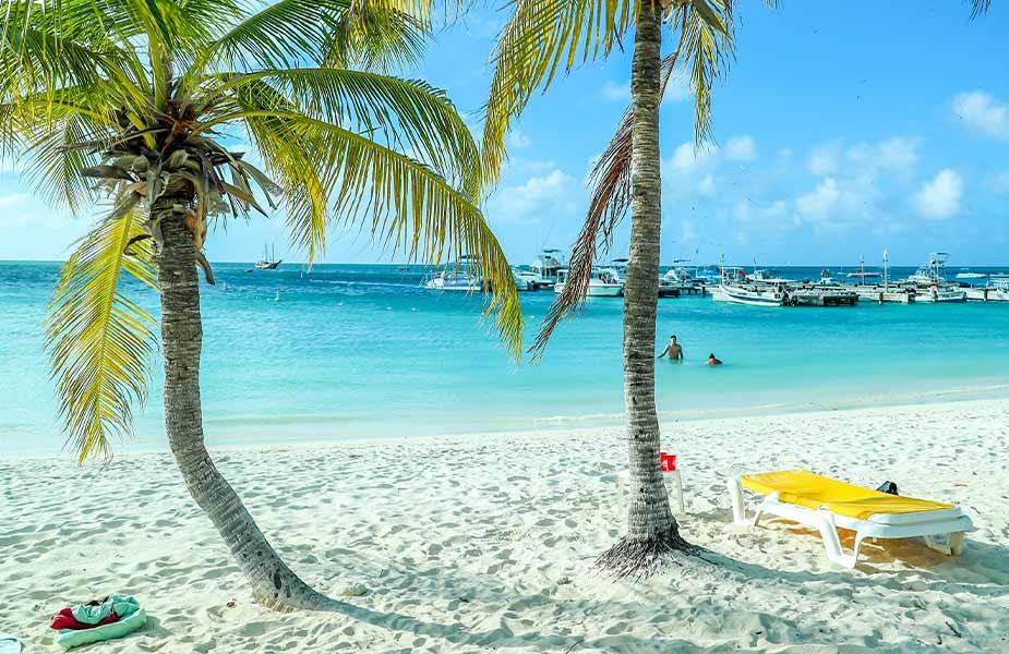 Het strand Palm Beach op Aruba