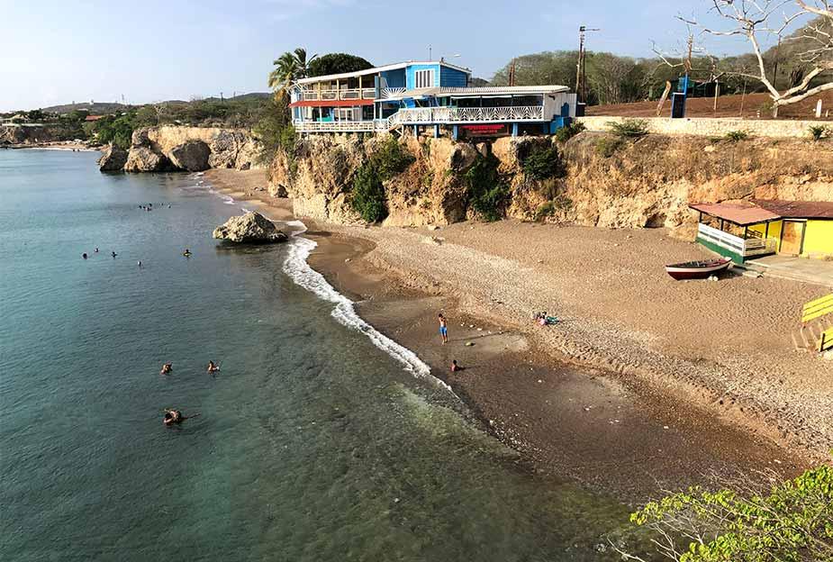 Strand en restaurant bij Playa Lagun op Curacao