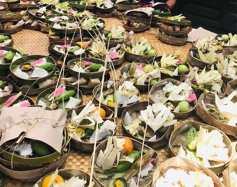 Offerbakjes op een tafel in Bali